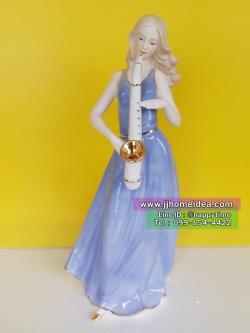 ตุ๊กตาพอร์ซเลนตั้งโชว์ตกแต่งบ้านสวยๆงามๆ รูปหญิงสาวยืนเป่าแซก