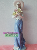 ตุ๊กตาพอซ์เลนตกแต่งบ้านสไตล์ Vintage รูปหญิงสาวใส่หมวกถือดอกไม้